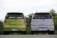 Не менее заметны  различия между двойниками и при их рассмотрении сзади. В частности, задние бамперы имеют разную форму, да и задние комбинированные фонари также отличаются. А что касается отделки задней двери, то сочетание на кузове Daihatsu Coo «металла» и акриловых отражателей делают машину более яркой, а, значит, и более привлекательной для женщин.