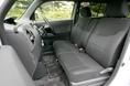 Что касается передних сидений, то от того самого пресловутого «полулежащего» варианта трансформации кресел, который многие считают чуть ли не главной «изюминкой» салона bB, в автомобиле Daihatsu Coo решено было отказаться. Вместо этого воительское сидение снабжено подъемным устройством, а если вести речь о сидении переднего пассажира, то под ним предусмотрен нижний поддон. Зачем, в самом деле, девушке или замужней женщине, «полулежать» в машине? Пусть все будет как в «семейном» автомобиле, и главное, чтобы со всем этим было легко и просто обращаться!