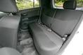 Продолжая сравнивать салоны bB и Coo, следует остановиться на конструкции задних сидений. Дело в том, что в автомобиле bB эти сидения стоят неподвижно, а в салоне Daihatsu Coo они могут перемещаться вдоль осевой линии на 240 мм, а если это салон модификации с полном приводом, - тогда на 220 мм. Сидения, как можно видеть на фотографии, - диванного типа, но спинки у них раздельные, поэтому наклон левой и правой частей регулируется и отклоняется назад индивидуально. Таким образом, можно с полным правом утверждать, что в ногах задних пассажиров в салоне Coo места значительно больше. А если так, тогда для повседневного использования автомобиль Coo приспособлен лучше, чем брат – «двойник» Toyota bB.
