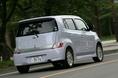 И двигатель, и кузов у двух моделей - Toyota bB и Daihatsu Coo, - одинаковые. Но из-за разницы в навесном оборудовании изменилось соотношение весовой нагрузки на переднюю и заднюю ось. Поэтому пришлось несколько подправить геометрию  подвески управляемых колес.