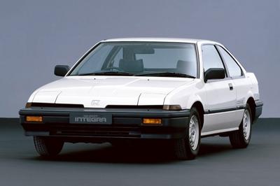 На снимке изображен первый автомобиль в модельном ряду Integra. Назывался он Quint Integra, а его дебют состоялся в феврале 1985 года. Он сразу привлек к себе внимание своими спортивными формами, характерными для машин марки Honda того времени «слепыми» фарами и прочими деталями, сделанными в стиле  «а-ля Хонда»