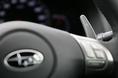 На рулевом колесе автомобиля, оснащенного 5-ступенчатой автоматической коробкой передач, имеются клавиши переключения скоростей. Левая часть клавиши предназначена для перехода на пониженную скорость, правая часть клавиши позволяет переключиться на более высокую передачу. При переключении на пониженную передачу происходит автоматическая синхронизация вращения промежуточного вала, что можно отнести к числу новинок. Если даже не трогать селекторный выключатель «ручной режим», который расположен на рамке рычага управления трансмиссией, стоит только надавить на клавишу на рулевом колесе, и коробка передач на некоторое время окажется в режиме ручного переключения. Это – одна из особенностей трансмиссии машин модельного ряда Legacy.