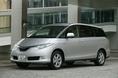 Если посмотреть на новый автомобиль Estima Hybrid спереди, то сразу обращаешь внимание на оригинальную форму декоративной решетки радиатора, декоративной планки, бампера и передних фонарей.