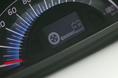 На приборной панели имеется специальное табло, которое информирует водителя о том, какой вид тяги  задействован в текущий момент  - электрической или бензиновой. На снимке показано, как выглядит это табло, когда автомобиль движется за счет электричества (режим EV mode). Кстати сказать, за счет аккумуляторной  батареи можно запитать 100-вольтовый электробытовой прибор, например, фен для волос, если потребляемая им мощность не более 1500 ватт.