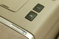 На верхней крышке центральной консоли передней панели салона имеется селекторный выключатель режима EV. Так что в любой момент можно перевести машину на чисто электрическую тягу. Беда только в том, что аккумулятор не рассчитан на слишком длительную езду в этом режиме и сразу же начинает садиться. Продажная цена машины базовой комплектации Х составляет 3 млн. 363 тыс. иен (8-местный салон) или  3 млн. 675 тыс. иен (7-местный салон). Если же покупать машину самой высокой категории G, то придется выложить соответственно 4 млн. 368 тыс. и 4 млн. 410 тыс. иен.