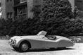 На снимке изображен автомобиль Jaguar XK120, который был впервые представлен широкой публике на лондонском автомобильном салоне 1948 года. Его отличал мощный 3.5-литровый 6-цилиндровый двигатель серии XK  с вертикально-рядным расположением цилиндров и механизмом газораспределения типа DOHC. По тем временам это был настоящий прорыв в двигателестроении. В названии автомобиля присутствовало число «120», которое указывало на то, что ему вполне по силам скорость в 120 миль в час. И в этом не было ровным счетом никакой показухи. Дело в том, что на самом-то  деле эта машина была способна на большее. В частности, на этом автомобиле была достигнута рекордная по тем временам скорость, которая составляла 214 км/час (133 миль/час.)