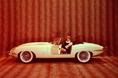 В 1961 году теперь уже в Женеве была представлена новая модель Jaguar, изображенная на фотографии, которая получила название «Jaguar E-type». Как видите, внешний вид этой машины был совершенно неподражаем, плюс к тому в ней был использован бескаркасный несущий кузов - «монокок», что по тем временам было в новинку. И к тому же это чудо автомобильной техники предлагалось приобрести за вполне умеренную цену. Естественно, что такой автомобиль не мог не стать гвоздем сезона. Интересно отметить, что впоследствии была выпущена серия  Lightweight E, ограниченная 12-ю автомобилями, в которых и несущий кузов, и двигатель изготавливались из легких  алюминиевых сплавов. Нетрудно представить, насколько из-за этого уменьшился вес машины.  Это правило  – стремиться  делать автомобиль   как можно более легким, - соблюдалось и в дальнейшем. Не явился в этом плане исключением и автомобиль Jaguar XK  нового образца.