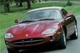 На фотографии изображен автомобиль Jaguar XK8, который в 1996 году пришел на смену устаревшей к этому времени машине Jaguar XJS. Как видите, эта модель  и прежде отличалась неповторимым по красоте внешним видом. Недаром ведь она получила такое признание во всем мире. Следует отметить, что используемый ныне 8-цилиндровый V-образный двигатель серии AJ-V8 был позаимствован именно у модели Jaguar  XK8 образца 1996 года. Спустя два года после появления этой машины модельный ряд XK пополнился новой моделью – Jaguar XKR, двигатель которой был дооборудован системой принудительного впуска типа «supercharger».