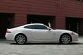 На фотографии изображена новая модель XK Coupе, которая пришла на смену машине старого образца, выпускавшейся в течение более чем 10 лет. Кузов этой машины  - бескаркасный, изготовленный из алюминиевых сплавов по такой же технологии, что и кузов седана Jaguar XJ. Следует отметить, что по сравнению с кузовом «купе» прежнего образца, он увеличил свою жесткость на 31%. А если сравнить кабриолеты с убираемым верхом,  тут жесткость кузова стала еще больше – на 48 процентов. Что касается внешнего вида новой машины, то следует отметить наличие откидной стенки заднего багажника, что, собственно говоря, уже стало традицией. А началось все с  модели E-type образца 1961 года. Можно заметить, что своим силуэтом новый автомобиль Jaguar XK очень сильно напоминает новый Aston, и это вполне объяснимо. Дело в том, что дизайн для нее подбирал художник Ян Калам, который начинал свою деятельность, работая именно в компании Aston.