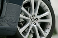 Машина стандартно укомплектовывается 18-дюймовыми колесами, однако за дополнительную плату можно поставить 19-дюймовые, или даже 20-дюймовые шины. Литые тормоза идут с аналоговыми клапанами, и обслуживаются 4-канальной системой антиблокировки тормозов (ABS) и перераспределяющей системой EBD, благодаря чему тормозное усилие равномерно распределяется между всеми 4-мя колесами.