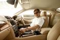 По внутреннему оформлению салона сразу можно догадаться, что сидишь за рулем машины со спортивным характером. Хотя с другой стороны и в традиционной роскоши и просторности ему тоже не откажешь. Причем, в этом плане новый автомобиль Jaguar XK существенным образом отличается от своего предшественника. Судите сами: границы продольного перемещения  сидения водителя здесь расширены на 59 мм, расстояние от кромки сидения до нижней передней стенки, измеренное  на уровне ног  – на 54 мм,  расстояние между сидением и потолком (потолочный просвет) – на 20 мм. Кроме того, на 32 мм увеличилась ширина «седушек» передних кресел. Как видите, в салоне сделано все для того, чтобы не стыдно подсадить симпатичную спутницу, к которой водитель может оказаться неравнодушным.