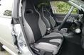 На снимке изображены передние сидения в салоне Impreza 1.5R нового образца. Они, как можно догадаться по расцветке, ковшеобразного типа, с улучшенными удерживающими свойствами. Правда, предназначаются они главным образом для машин комплектации S/A.