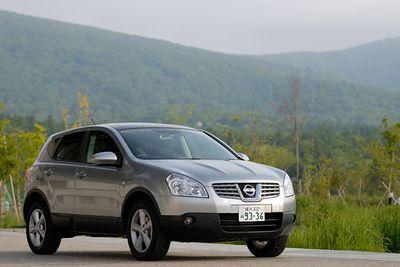 Nissan Dualis в комплектации «20G»: высота – 4 315 мм, ширина – 1 780 мм, длина – 1 615 мм. Длина колесной базы – 2 630 мм. Вес автомобиля – 1 420 кг. Комплектуется двухлитровым 4-цилиндровым мотором мощностью в 137 л.с. и 20,4 кг-м крутящего момента. Примерная стоимость в долларах США для внутреннего рынка Японии составляет $18 200.