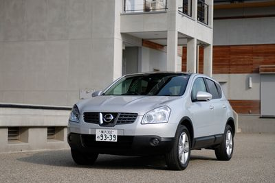 Nissan Dualis в комплектации «20G»: высота – 4 315 мм, ширина – 1 780 мм, длина – 1 615 мм. Длина колесной базы – 2 630 мм. Вес автомобиля – 1 480 кг. Комплектуется двухлитровым 4-цилиндровым мотором мощностью в 137 л.с. и 20,4 кг-м крутящего момента, а также системой полного привода. Примерная стоимость в долларах США для внутреннего рынка Японии составляет $20 000.