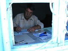 Касса на паромной переправе в Туркменистане требует за проезд 12 долларов