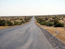 В тысячекилометровой и унылой до одурения пустыне Кара-Кум.