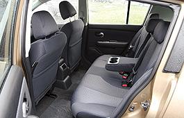 Если отодвинуть заднее сиденье хэтчбека Tiida, сзади будет больше пространства, чем во многих седанах D-класса. Главное, чтобы в багажнике ничего не мешало.