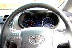 Если выжать педаль тормоза, а затем нажать на кнопку запуска двигателя, начнут по очереди загораться и оживать приборы типа «оптитрон». А это, в свою очередь, будет значить, что зажигание включено и что автомобиль готов к запуску.