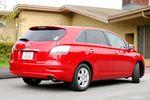 Со стороны автомобиль Toyota Mark X Zio выглядит как обычный пассажирский универсал. Однако на самом деле его салон организован по несколько иному принципу, что, собственно, и делает эту машину непохожей на других. Но даже если не заглядывать внутрь, все равно чувствуется, что это автомобиль высокого класса.