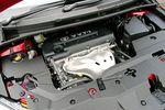 На фотографии — двигатель модели 2AZ-FE, которым оснащается автомобиль Toyota Mark X Zio 240F. Как можно догадаться из названия, его рабочий объем составляет 2 400 куб. см, у него 4 расположенных в ряд цилиндра. В пересчете на литр рабочего объема, величина крутящего момента равна 10 кг-м, но его недостаток компенсируется за счет работы удачно настроенного бесступенчатого вариатора.
