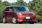 На снимке — автомобиль Toyota Corolla Rumion 1.8 S Aerotourer. Если сравнить его с моделью Toyota bB, окажется, что по длине машина больше на 425 мм, по ширине — на 70 мм, и по колесной базе — на 60 мм. Одним словом, по размерам это типичный представитель европейского сегмента C. Машина выполнена на шасси Toyota Auris, к тому же у этих двух машин одна и та же полная ширина (1 760 мм), колесная база (2 600 мм) и ширина передней колеи (1 535 мм). И, наконец, если поставить рядом автомобиль Rumion и его американскую версию, которая продается на североамериканском рынке под названием Scion xB , окажется, что у них имеется ряд различий, например, форма бампера. Величина Cd — 0, 31.