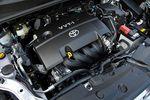 А это — двигатель объемом 1,5 литра серии 1NZ-FE, который можно увидеть на автомобилях Corolla и Auris. Следует, правда, иметь в виду, что из-за своего веса автомобиль Rumion оснащается мотором, который отрегулирован особым образом: при первоначальном нажатии на педаль газа дроссельный клапан раскрывается быстрее, чем обычно. Что касается настройки бесступенчатого вариатора, то она осталась без изменения.