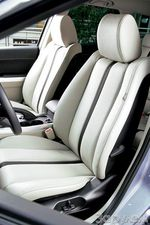Передние сиденья добротны, просторны, даже красивы, но лишены анатомической выразительности.