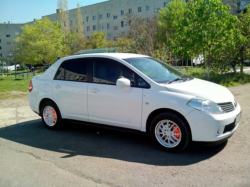 стук в руль nissan tiida latio