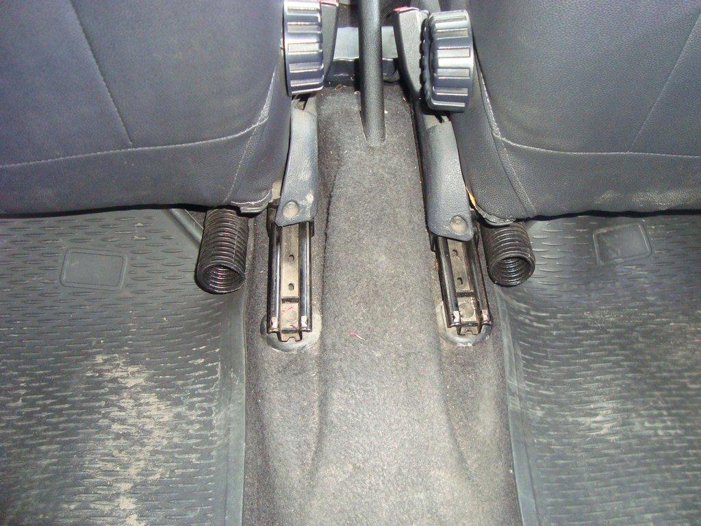 Воздуховоды к ногам задних пассажиров.