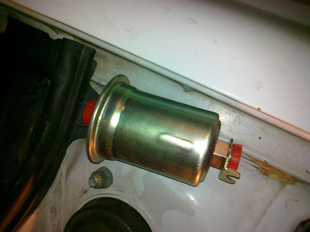 поменять топливный фильтр на toyota corona