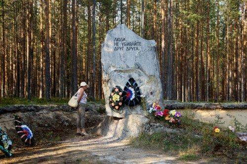 Эконом памятник горизонтальный Волна Медвежьегорск Мраморные розы Кинель