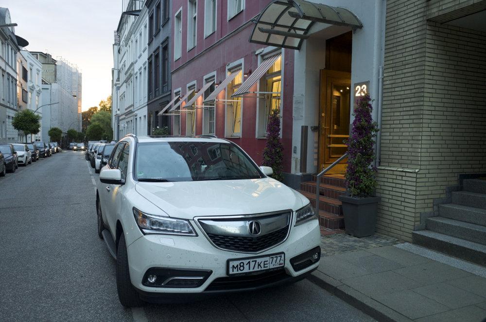В старой Европе поместиться в разметку парковки порой невозможно, ширина машины по колесам почти 2 метра.