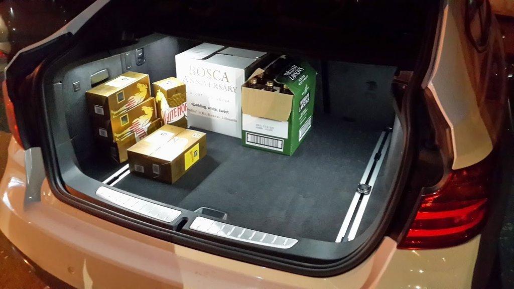 Уже успел протестировать багажник, когда помогал жене в орагнизации корпоратива.  Коробки даже не достают до спинок сидения!