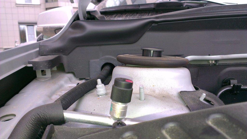 Опора амортизатора гуляет в пределах 15 градусов, GM считает что это нормально.