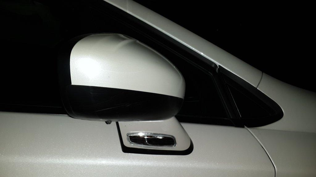 Повторитель поворота на боковом зеркале. Также есть подсветка вниз. Включается когда открывается дверь. В грязь со слепу не наступишь.
