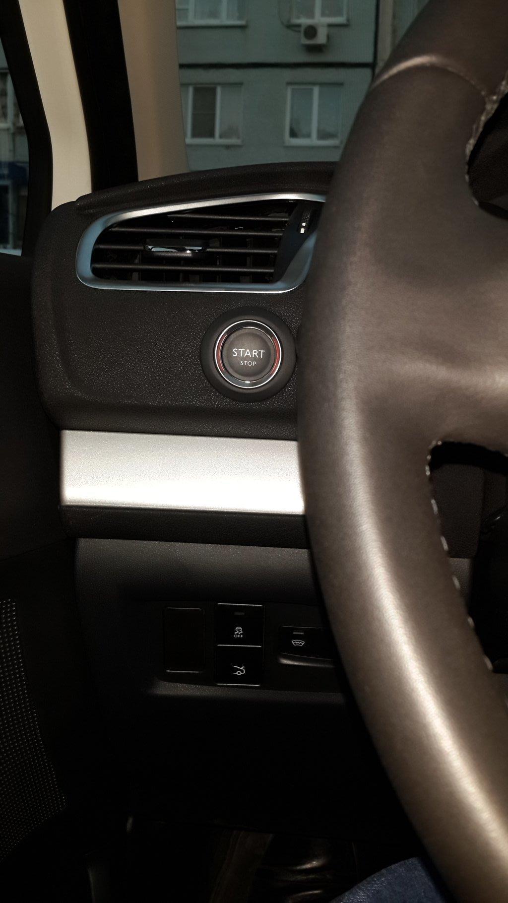 кнопка включения. Немного странное решение. Если бы ее расположили справа от руля, как обычно, то сюда можно было бы вытянуть кнопку включения подогрева лобовухи и багажника. И к ним бы не пришлось тянуться вслепую.