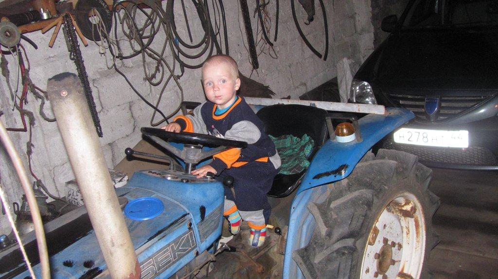 Так как мы ехали пять дней,сыну уже машина стала не особо интересной.А дедовский трактор уж больно ему понравился!!!