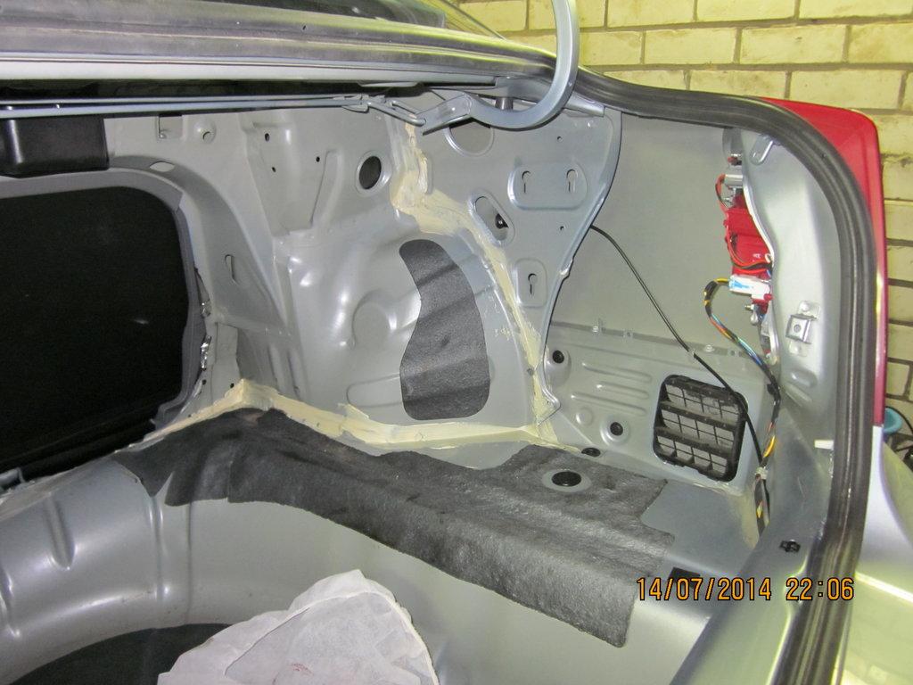 Полуразобранный багажник. Разбирал для антикора скрытых полостей и шумоизоляции арок
