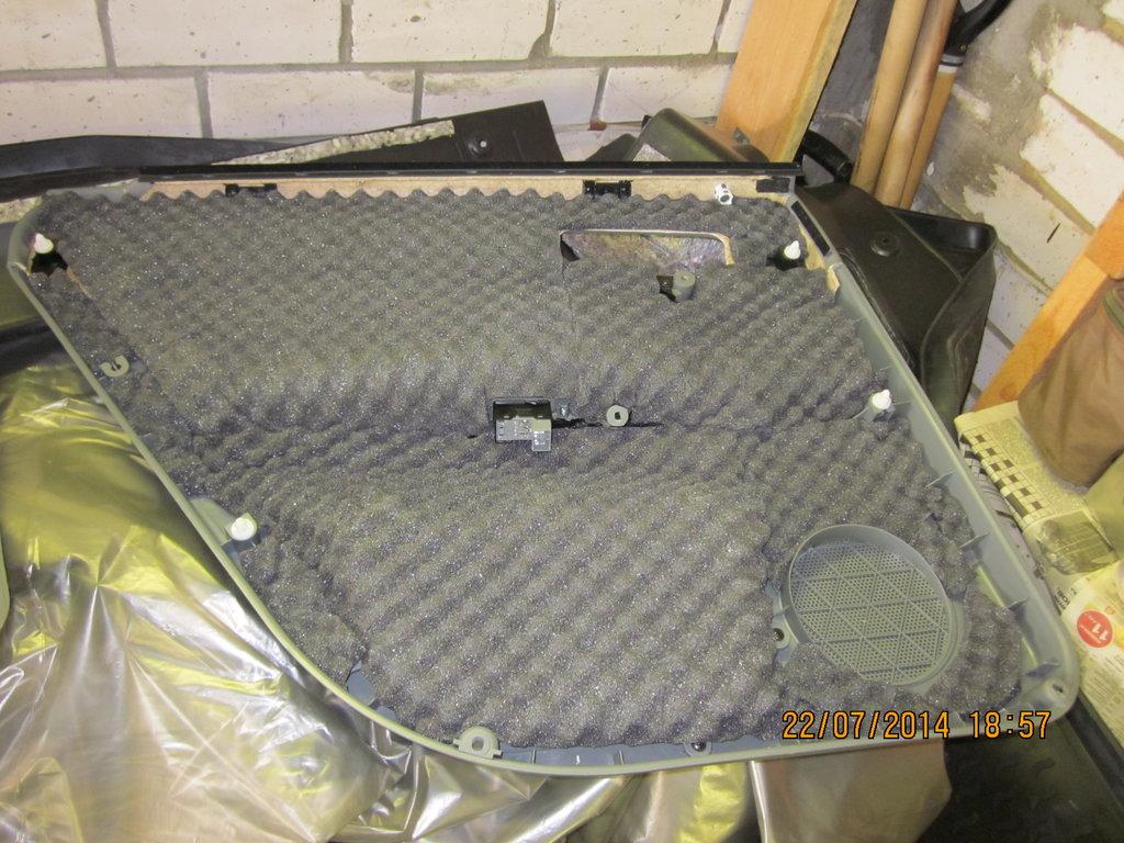 Пластиковая обшивка двери обклеенная изнутри герметоном А-15