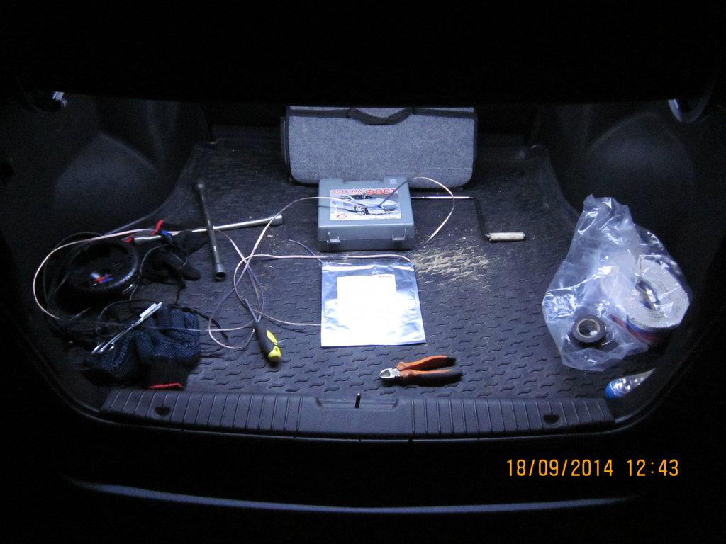 Так выглядит в темноте багажник после замены штатной лампы на диодную ленту длиной 90см