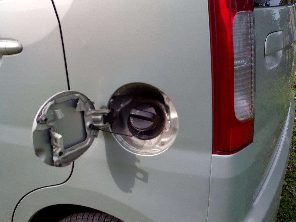 В авто 2 дырки в эту заливается бензин.