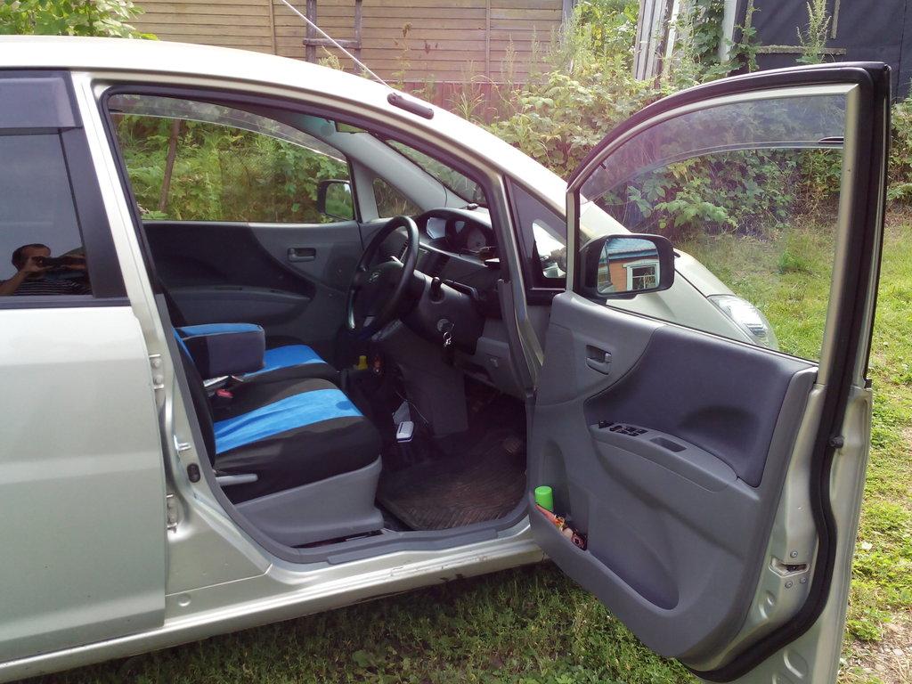 В авто 2 дырки, в эту садится водитель.