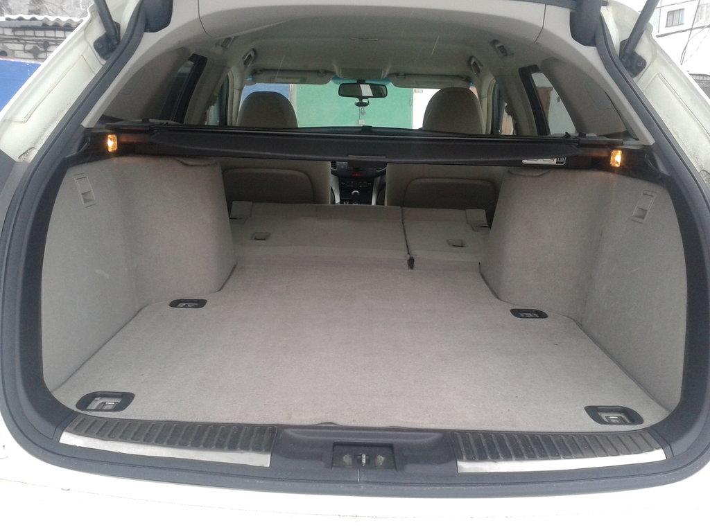Задние сидения складываются в ровный пол. В багажнике находятся выдвижная шторка и выдвижная сетка для фиксации груза.