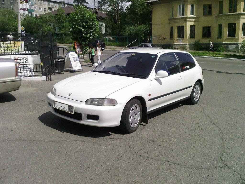 Машина облита в белый перламутр.