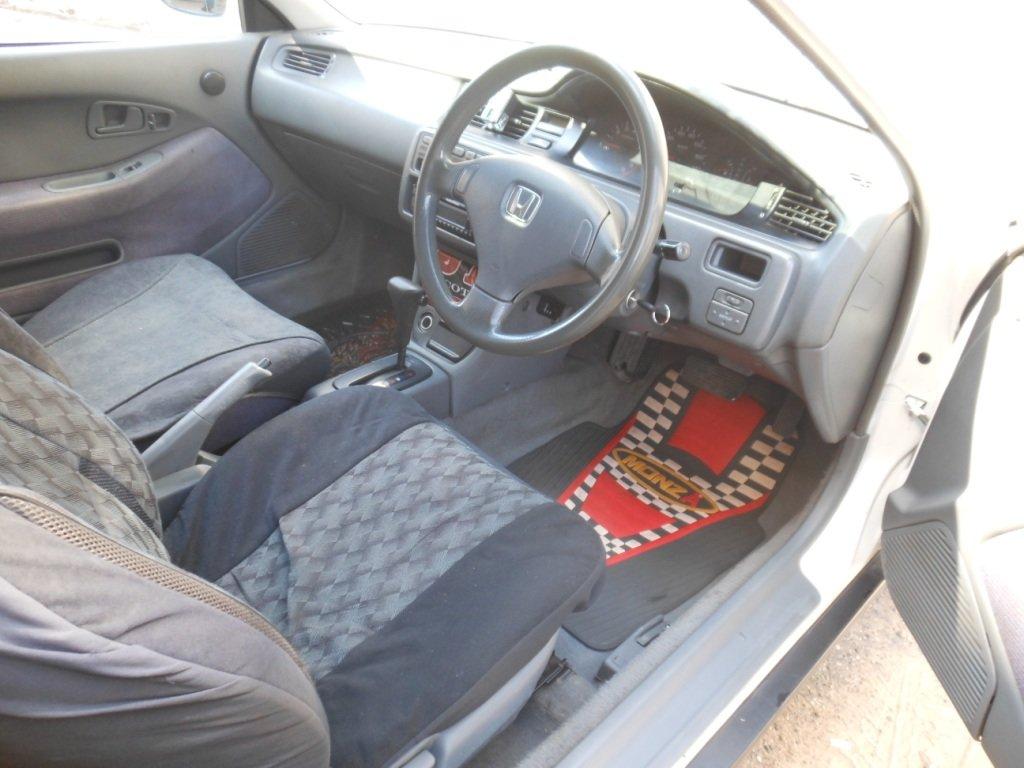 В консоль справа над блоком управления зеркалами была установлена ниша от седана, куда четко входит мобильный телефон.