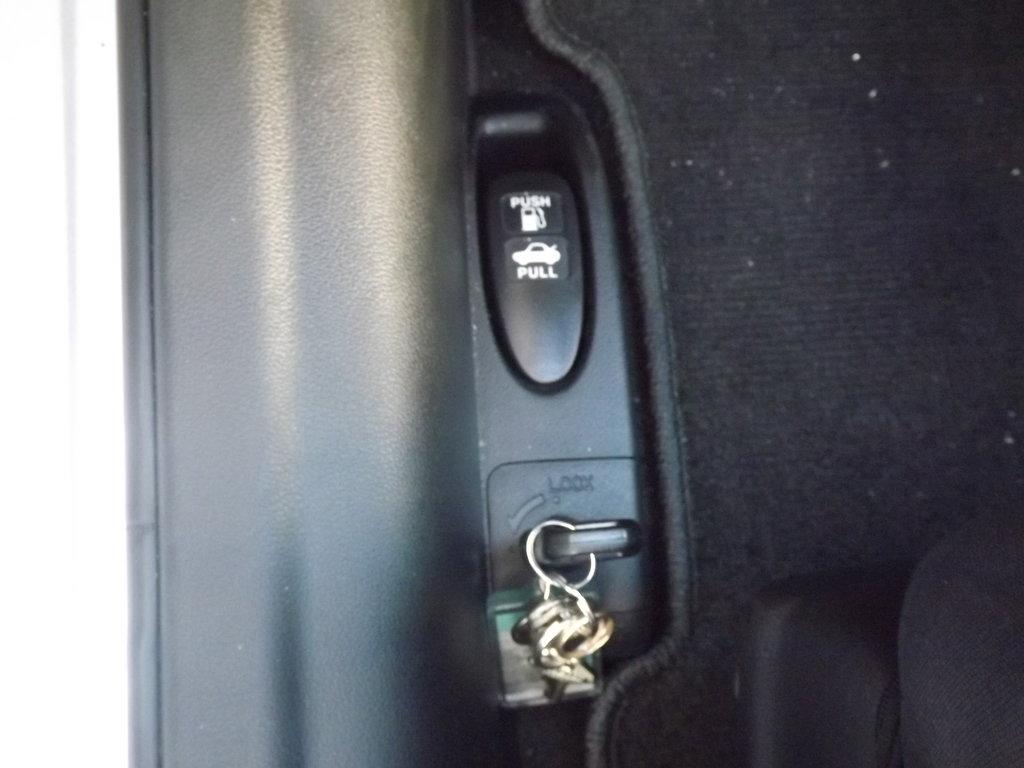 Дополнительная блокировка багажника изнутри. Полезная опция.