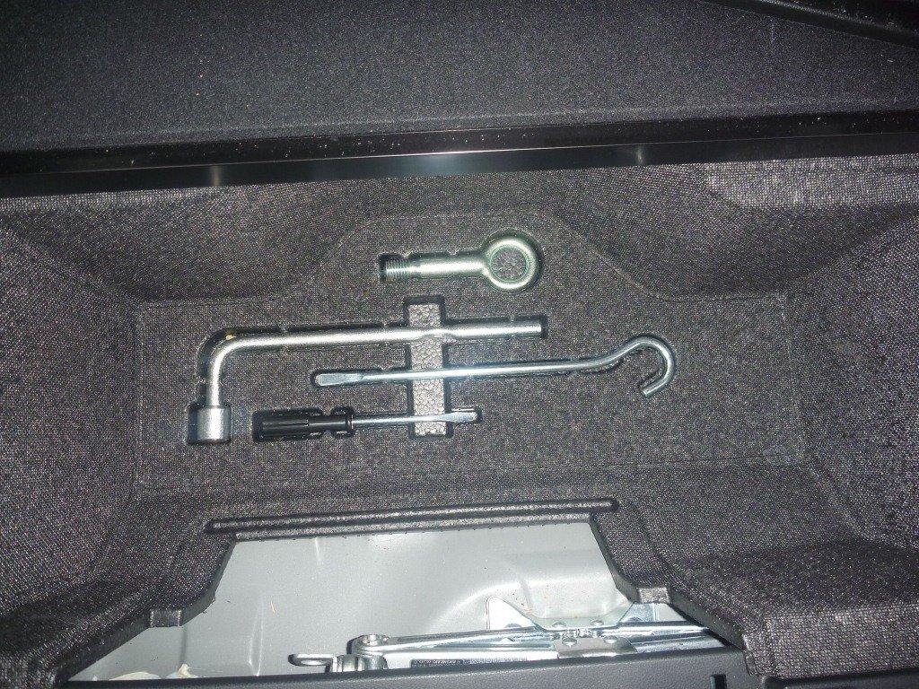 В ящике под ковриком спрятаны инструменты