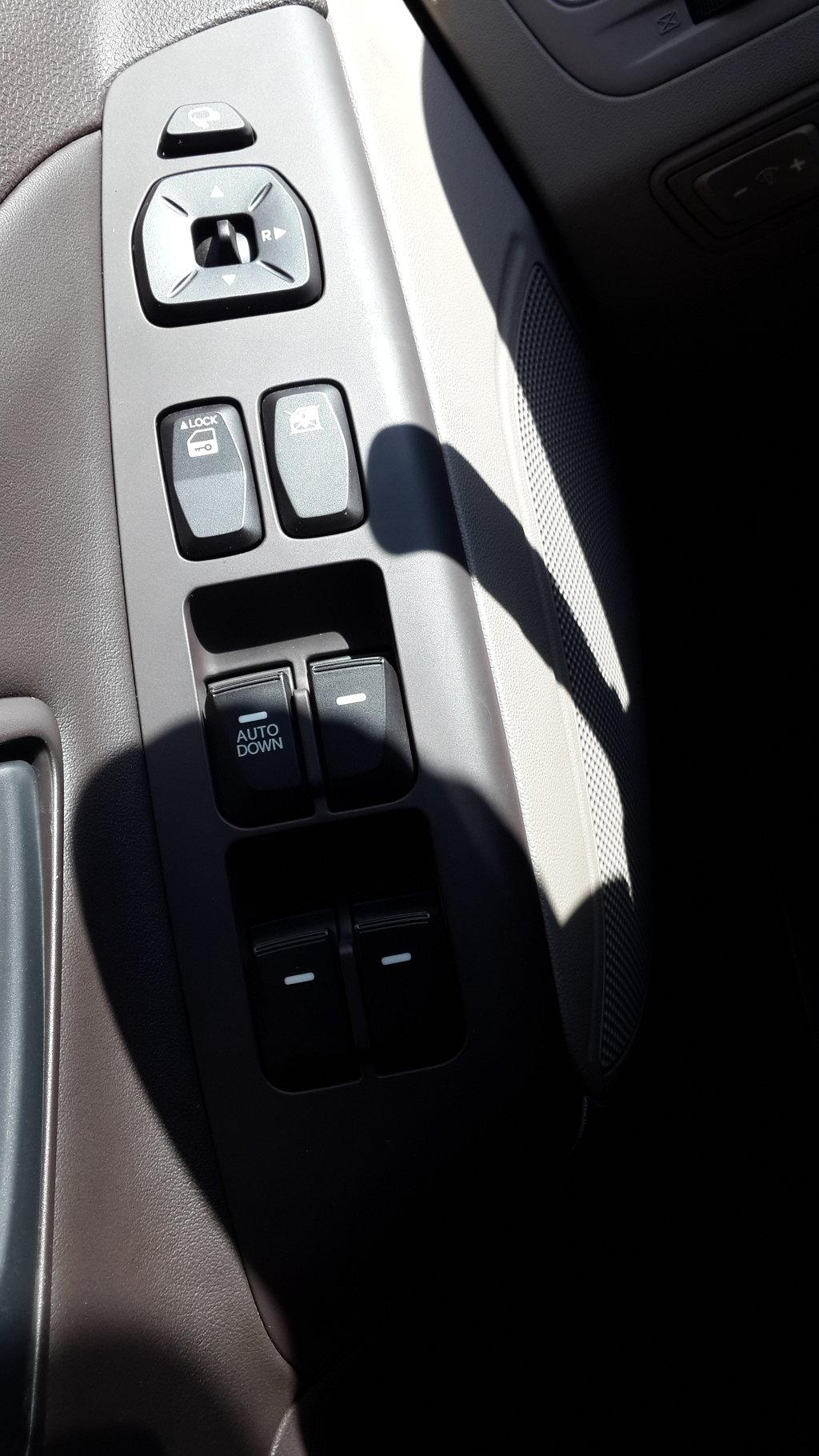 почему-то стеклоподъемники не автоматические. только водительское автоматическое вниз. странно очень - что мешает их всех сделать авто? зададим риторический вопрос. в общем, привык, дискомфорт не вызывает