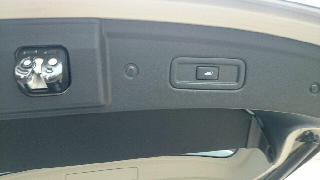 открыть/закрыть багажник можно из салона, с ключа и естественно снаружи