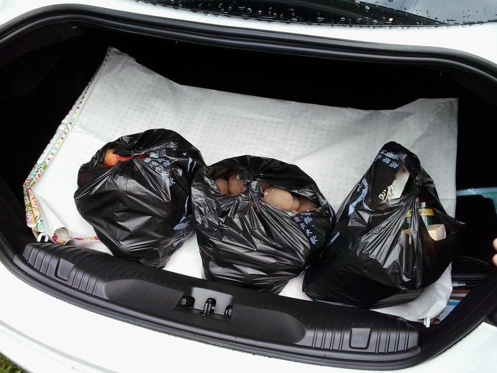 мама сразу поняла, что в таком большом багажнике нужно срочно возить картоху :-)